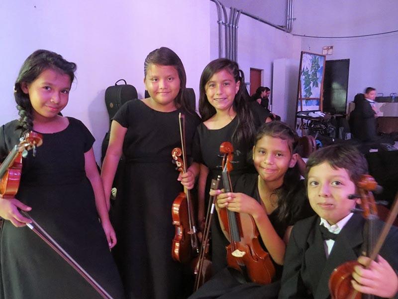 Niños y niñas músicos